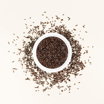 Vista superior de caramelos de chocolate negro en un tazón