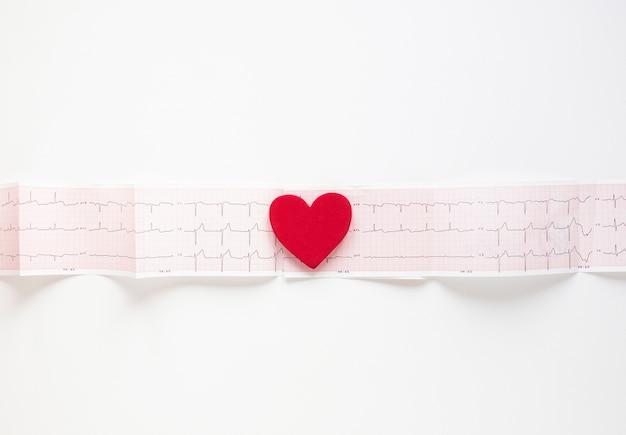 Vista superior cardiograma médico con corazón