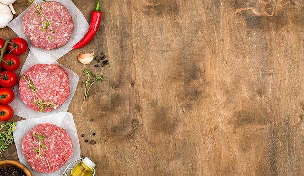 Vista superior de carne con aceite y espacio de copia