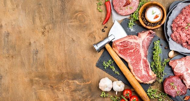 Vista superior de carne con ajo y copia espacio