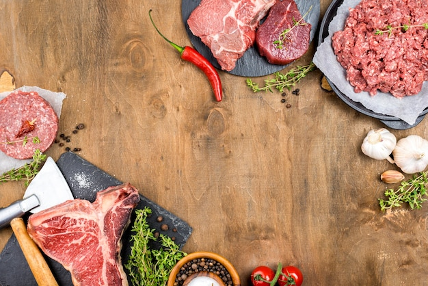 Vista superior de carne con ajo y hierbas.