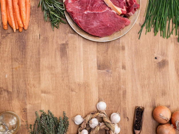 Vista superior de carne cruda y verduras listas para cocinar. copie el espacio disponible.