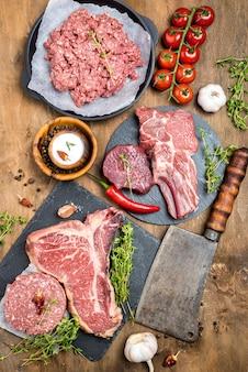Vista superior de carne con cuchilla y tomates