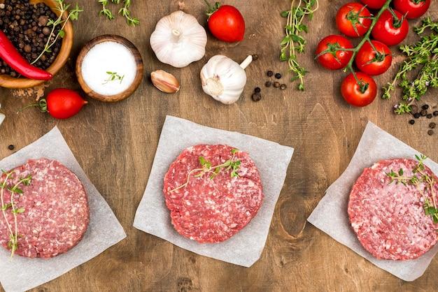 Vista superior de carne con hierbas y ajo.