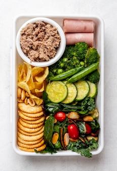 Vista superior de carne y verduras envasadas