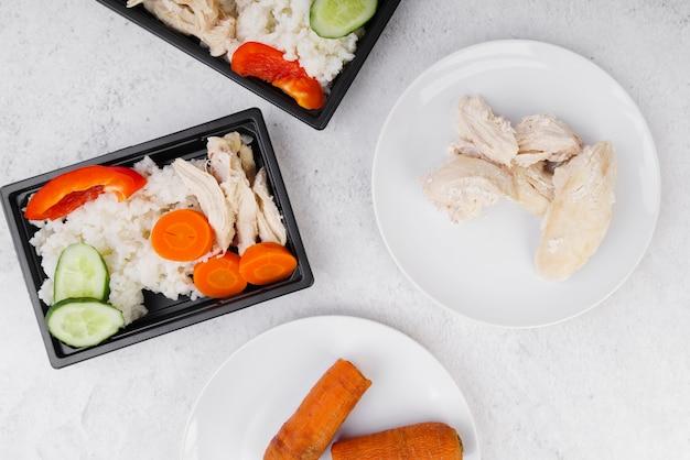 Vista superior de carne y verduras en placa