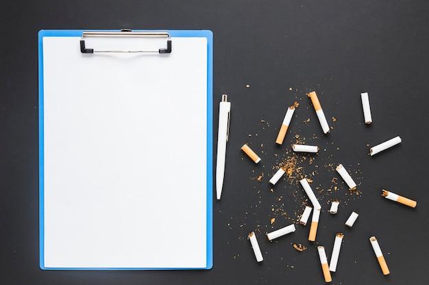 Vista superior carpeta con cigarros