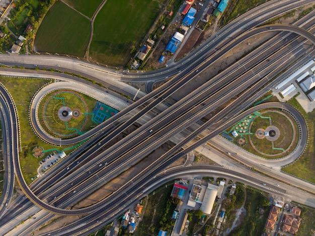 Vista superior de la carretera de la autopista, el tráfico por carretera una infraestructura importante