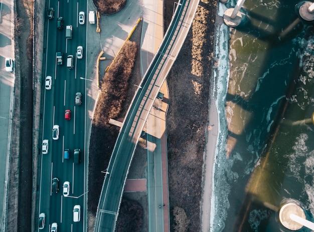 Vista superior en carreteras y río en seúl
