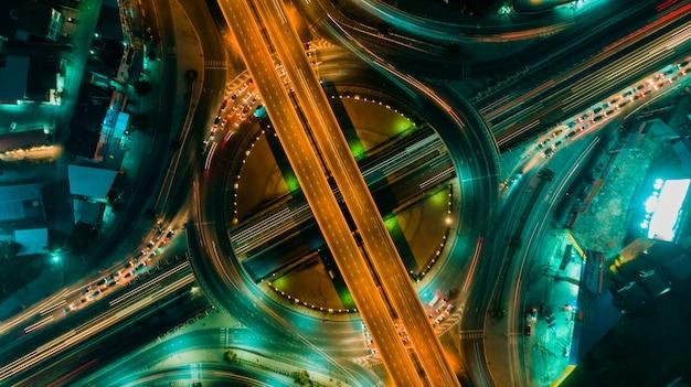 Vista superior de carreteras y rotondas, el tráfico vial es una infraestructura importante en tailandia