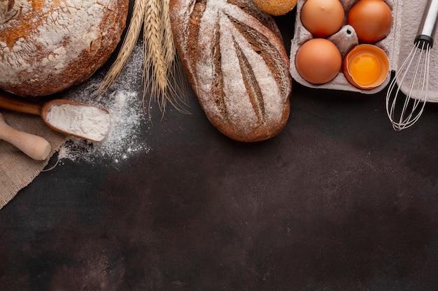 Vista superior de cartón de huevos y pan