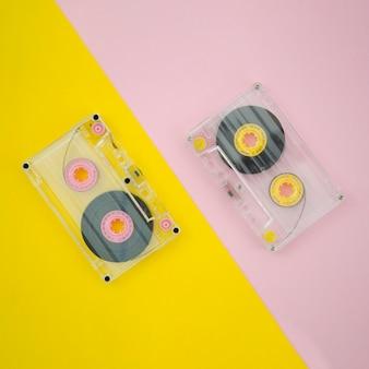 Vista superior cassette transparente sobre fondo vibrante