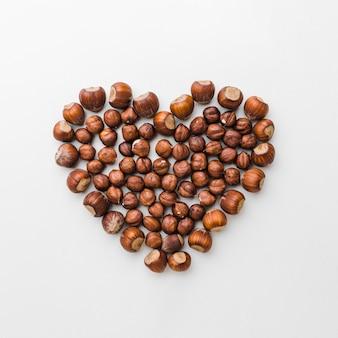Vista superior de castañas en forma de corazón