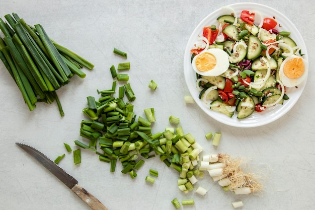Vista superior de cebolla verde para ensalada