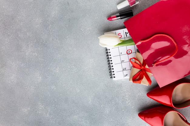 Vista superior celebrando 8 elementos de marzo con espacio de copia