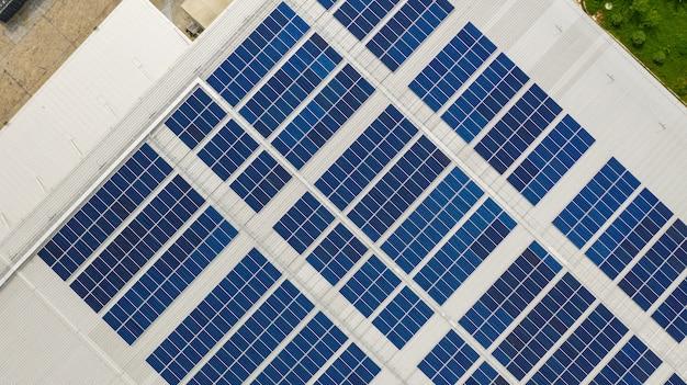 La vista superior de las células solares en el techo tomada con los drones.