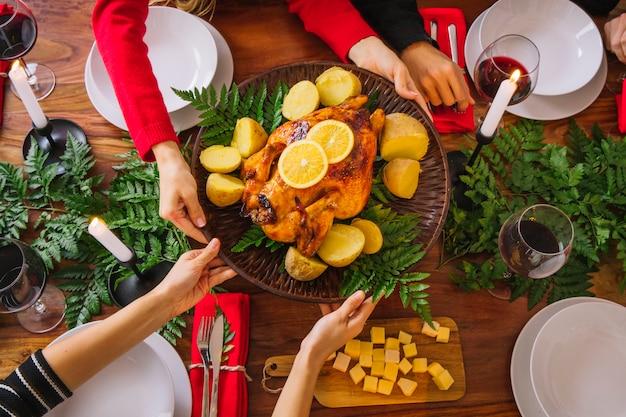 Vista superior de cena de navidad con pavo