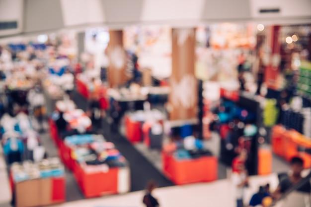 Vista superior del centro comercial borrosa en el interior con luz para el concepto de estilo de vida