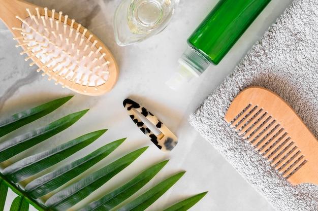 Vista superior cepillo y suero para el cuidado del cabello