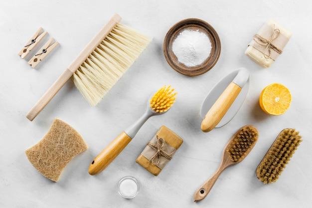 Vista superior de cepillos de limpieza ecológicos con bicarbonato de sodio