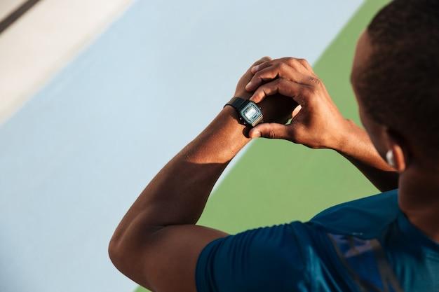 Vista superior de cerca de un deportista africano en forma