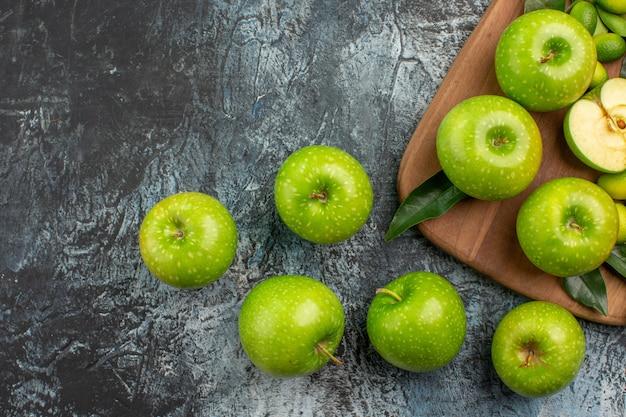 Vista superior de cerca manzanas manzanas verdes cuchillo en la tabla de cortar