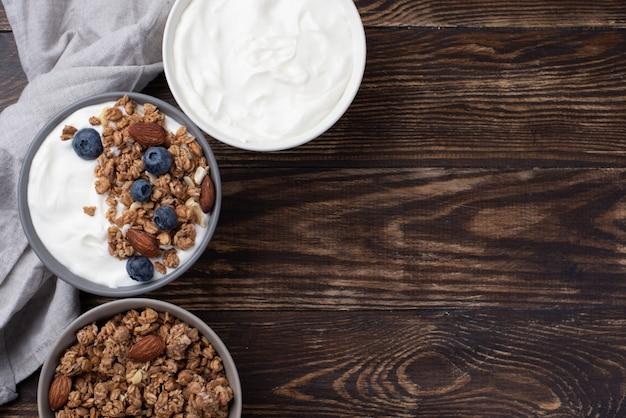 Vista superior del cereal de desayuno con yogur y arándanos