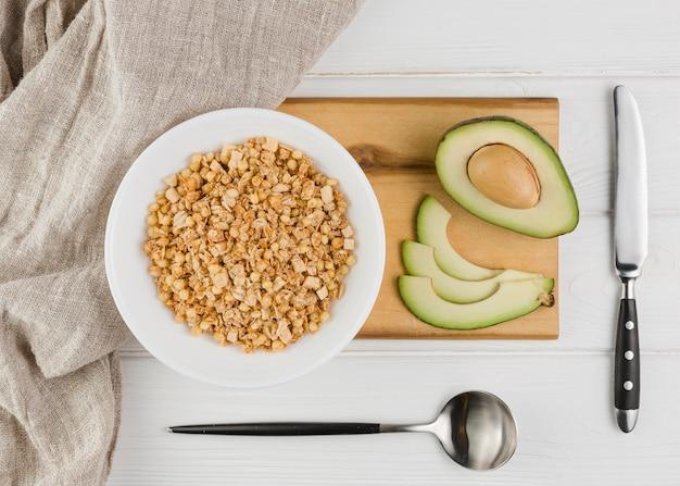 Vista superior de cereales y aguacate