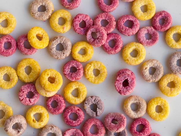 Vista superior de cereales de bucle de frutas multicolores