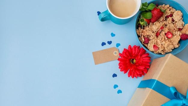 Vista superior de cereales para el desayuno con flores y espacio de copia