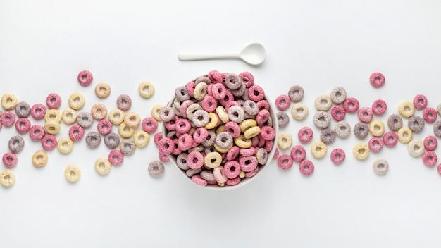 Vista superior de cereales de desayuno multicolores con leche