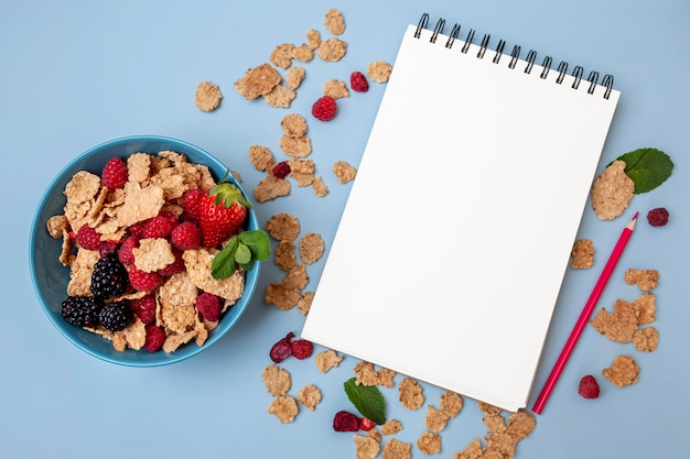 Vista superior de cereales para el desayuno con portátil