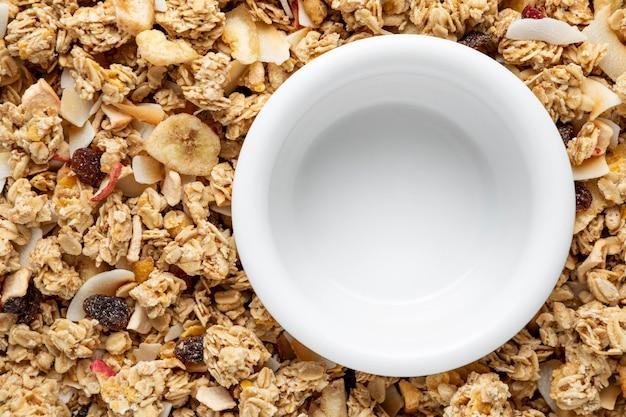 Vista superior de cereales para el desayuno con tazón vacío