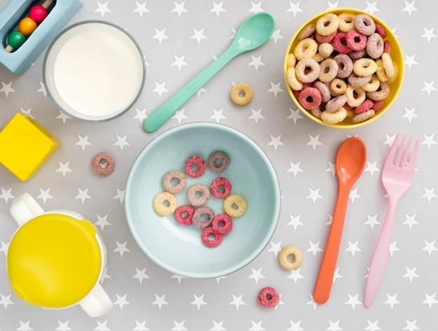 Vista superior de cereales con leche para bebé