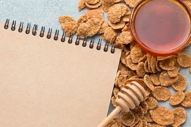Vista superior de cereales con miel