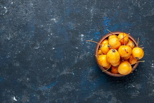 Vista superior de cerezas amarillas frescas frutas maduras y dulces en el escritorio oscuro, fruta fresca suave