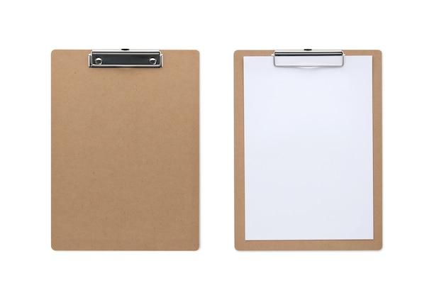 Vista superior cerrada portapapeles de madera clásico aislado y fondo blanco con papel en blanco y trazado de recorte