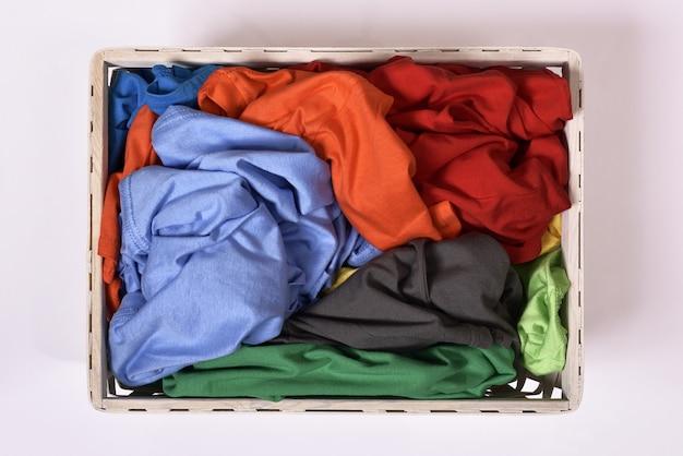 Vista superior de la cesta de lavandería con ropa sucia