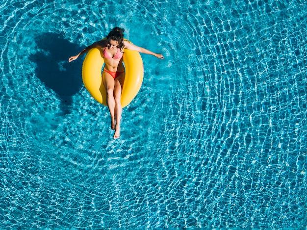 Vista superior de chica relajando en flotador