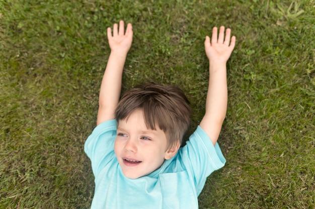 Vista superior chico sobre hierba