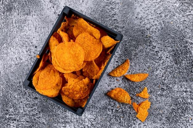 Vista superior chips en caja en piedra blanca horizontal