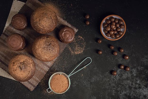 Vista superior de chips de chocolate y muffins