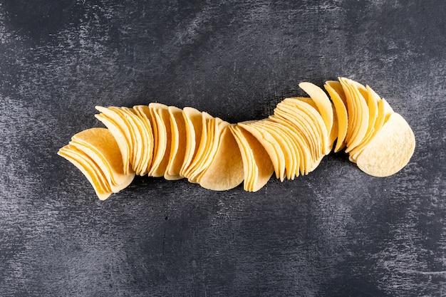 Vista superior de chips en piedra negra horizontal