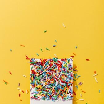 Vista superior de chispas de colores en la foto con espacio de copia