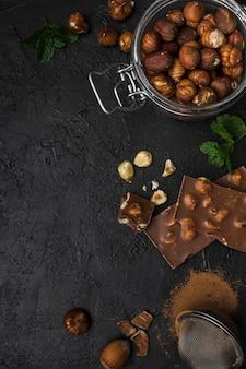 Vista superior de chocolate con avellanas sobre la mesa