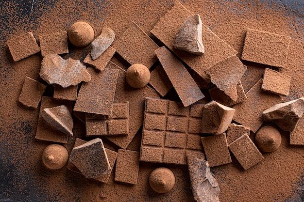 Vista superior de chocolate con caramelo y cacao en polvo