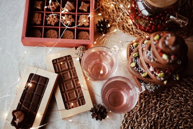 Vista superior, el chocolate con leche natural hecho a mano se encuentra en una hermosa mesa navideña entre las decoraciones festivas y acogedoras
