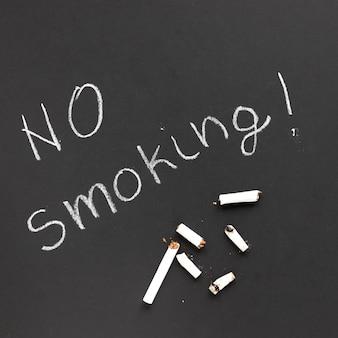 Vista superior cigarrilllos sobre una pizarra