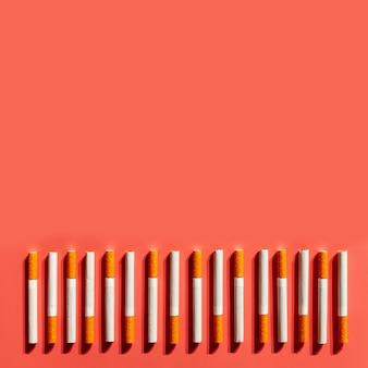 Vista superior de cigarrillos con espacio de copia