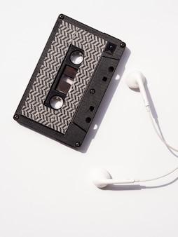 Vista superior de cinta de cassette negra con auriculares